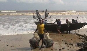 PIC. 6. A FISHERMAN WITH FISHING NETS SALVAGED FROM SUSPECTED OIL SPILL AT THE QUA IBOE OIL FIELDS IN AKWA IBOM ON WEDNESDAY (15/8/12).