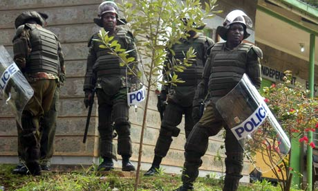 Kenyan-police-guard-the-s-006