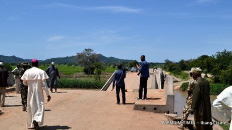 Bishop Stephen Mamza donates to Kudzum Bridge workers