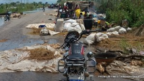 These are pictures taken in Ibaji, Kogi State, showing how flood displaced people who at that time were takinh refuge on the Idah-Abaji road