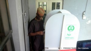 Oyegun casting his vote at the polling unit