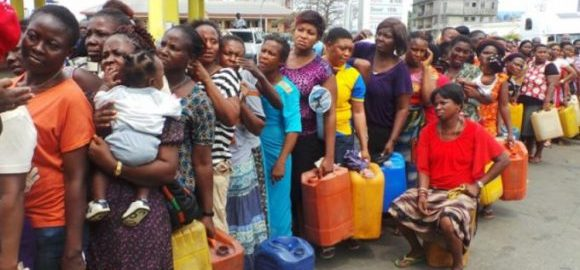 Nigerians in a tight queue to buy Kerosene