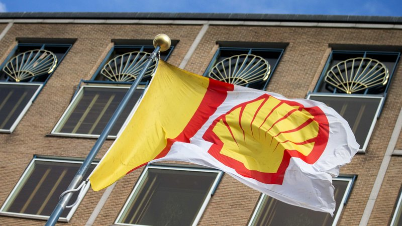 epa05113059 (FILE) A file photo dated 30 July 2015 showing a company flag flying infront of the head office of Royal Dutch Shell in The Hague, The Netherlands. Royal Dutch Shell plc on 20 January 2016 reported a sharp fall in profits for the last quarter of 2015 as low oil prices hit earnings and the company restructured to reduce costs. Shell said it expected fourth-quarter earnings to be between 1.6 billion and 1.9 billion dollars, down from 4.2 billion dollars in the fourth quarter of 2014. Full-year earnings, including the impact of lower prices on the company's oil inventory, are expected to total 10.4 billion to 10.7 billion dollars, about 45 per cent lower than the 19 billion dollars reported in 2014.  EPA/JERRY LAMPEN [Photo Credit: Financial Times]