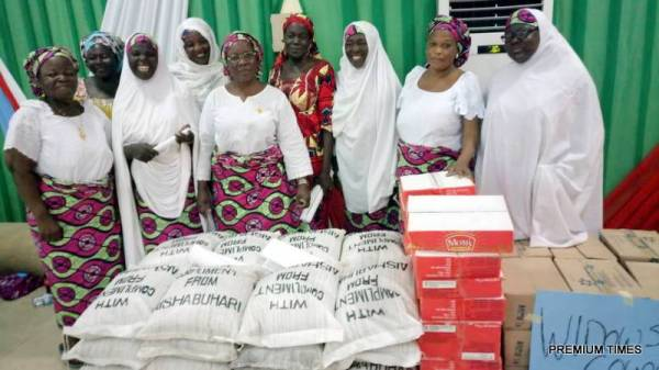Wife of the President, Aisha Buhari presented food items to some women