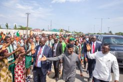Acting President Yemi Osinbajo, again decided to interact with the crowd who waited on the street of Calabar to welcome him during his visit to Calabar to continue the Niger Delta dialogue and MSME Clinics launch in Calabar. 1st June 2017. Photo: by Novo Isioro