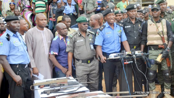 Police Public Relation Officer, Moshood Jimoh (3nd R), addressing newsmen, during the presentation of suspected arrested kidnappers to the media in Katari Village on Abuja/Kaduna road in Kaduna on Monday (31/7/17). With him are other senior police officers. 03917/31/7/2017/Johnson Udeani/NAN