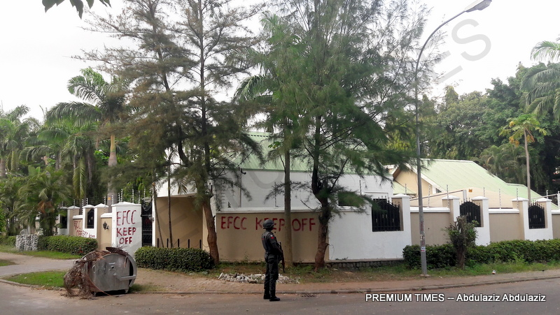 EFCC Official in front the the sealed mansion (Photo by Abdulaziz Abdulaziz, Date: 10/23/2017)