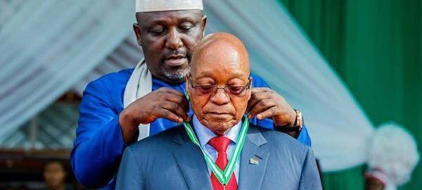 Gov Rochas of Imo state honours President Zuma with a medallion [Photo: Nigerian Monitor]