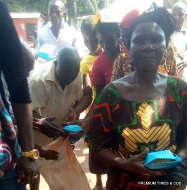Stomach Infrastructure by APC @ illo abito square Nsugbe. People are being encouraged by to vote with rice sharing by APC.