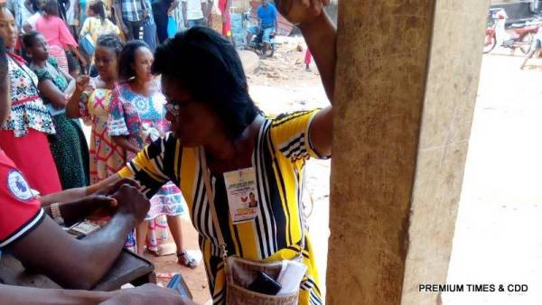 APGA agent given INEC officials money at Nnewi ichi ward ..Polling unit 003