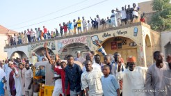 Supporterrs climbing up to catch a glimps of President Muhammadu Buhari during his 2Day State Visit to Kano on Wednesday (6/12/17) 06625/6/12/2017/Callistus Ewelike/NAN