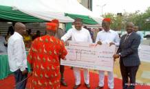 Enugu Governor Ugwuanyi disburses N2.25 billion to 450 autonomous communities for development projects