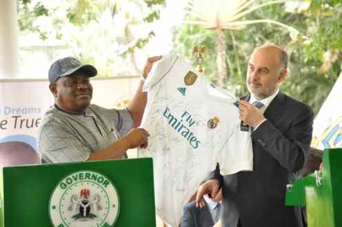 L-R: Rivers State Governor, Nyesom Ezenwo Wike receiving a jersey from Ambassador of Real Madrid, Ricardo Gallego during the Press Conference to flag off the construction of the Real Madrid Football Academy in Port Harcourt on Monday at the Government House Port Harcourt