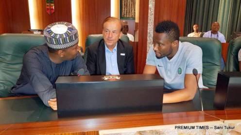 Buhari meets with Super Eagles