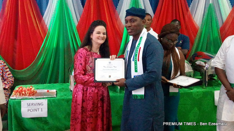 The AUN President, Ms Dekle, presents a certificate to an Honours Society awardee.