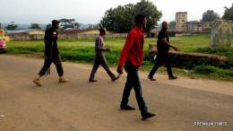 7:17 — A man who was called 'Honourable' by people around was spotted with a armed policeman as they advance to the PU 3 of Irepodun-Ifelodun LGA.