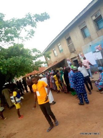 8:15am, LGA 06, Ward 1, Odò Emure 1, Besides Amodu's compound, Amodu House, Party agents are seen campaigning for voters on the queue while security operatives frowns at it, there are 314 registered voters on the registration list. The accreditation/voting process has started.