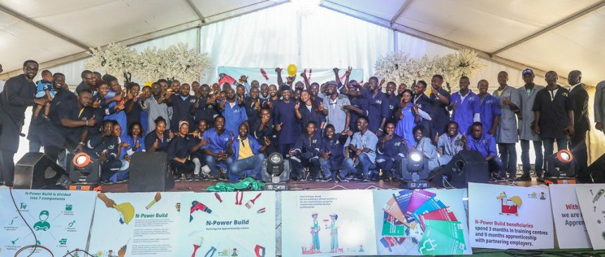 VP Osinbajo with N-Power Build beneficiaries at ANNAMCO Enugu [Photo: NAN]