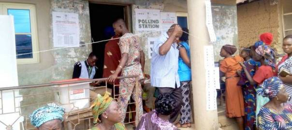 Ward 09, PU 029, voting has commenced and voters are seen on the queue. However, the card reader is very slow.