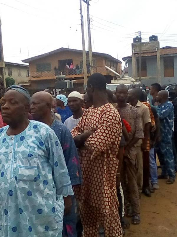 Voters standing in long cue at polling unit 17, Ward 5 in Oshogbo.