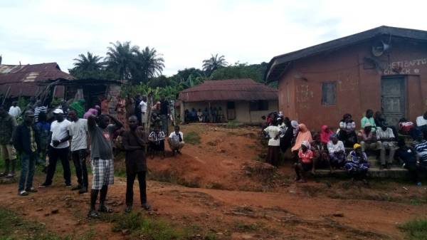 People standing in groups in Ife South LGA awaiting the outcome of the ongoing supplementary elections in Osun State.