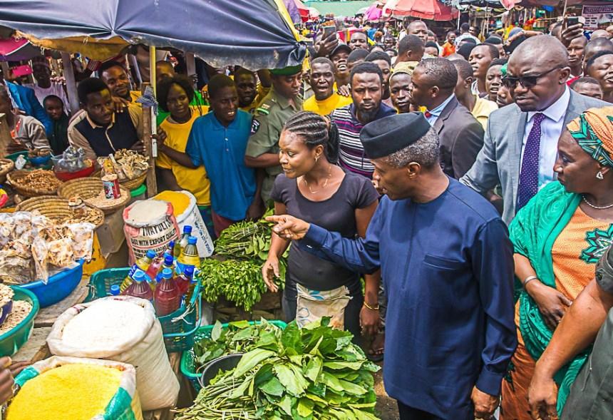 Vice President Yemi Osinbajo (R), inspecting food items at the Utako Market, during the launch of TraderMoni in Abuja on Thursday (6/9/18). 04819/6/9/2018/Ibrahim Sumaila/JAU/NAN