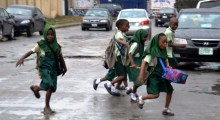Pupils crossing road at Surulere as schools resume in Lagos on Monday (10/9/18). 04904/10/9/2018/Wasiu Zubair/NAN