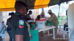 7.19a.m., Corps members setting up for the day's work in Asumo Ward 10, unit 2, Ede North. They arrived as early as 7a.m.