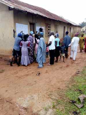 8:16am, PU 005, Ward 02, Ipetu-Ile, Baptist Primary School, Obokun LG, voters checking their names on the list.