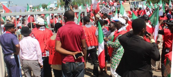 Workers protesting over alleged recalcitrance of government and employers to pay adequate minimum wage, at the Federal Secretariat in Abuja on Tuesday (30/10/18).