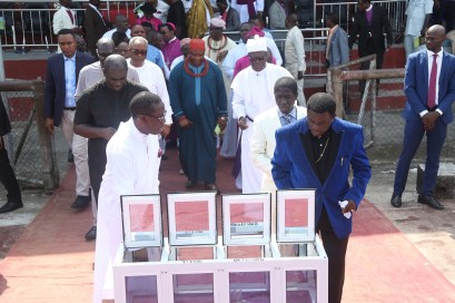 Delta State Governor, Senator Ifeanyi Okowa (left); Chairman, CAN South-South, Archbishop Dr. God-do-well Avwomakpa (right) and Other's, during the CAN Day Celebration, at Oleh Township Stadium, Delta State. PIX; JIBUNOR SAMUEL.