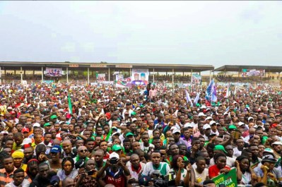 Multitudes present during Atiku's visit to Owerri. [PHOTO CREDIT: Official twitter handle of Atiku]