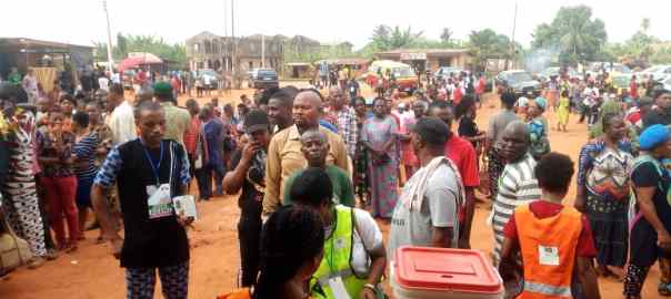 9:21am, Edo State, Egor Local Government, RA 04, Egor, PU 007, Topper Garage/Market Square, Egor 1 - voting is yet to commence and there are 3 voting points, However the voters list has been pasted on the wall, people have formed a long queue but the election officials are yet to set up the materials due to their later arrival and the overwhelming crowd.