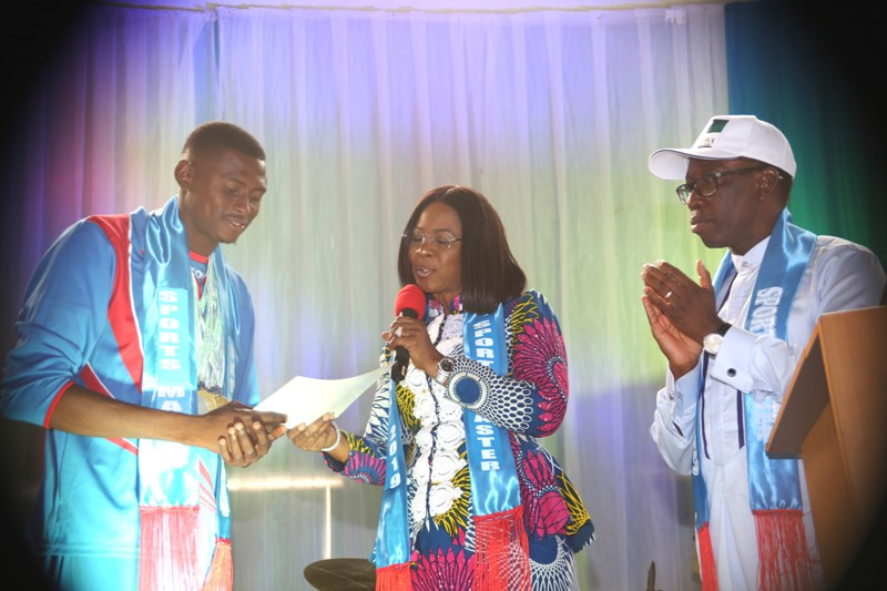 Delta State Governor, Senator Ifeanyi Okowa (right), watching as his wife Dame Edith presents certificate and Cheque to a Gold medalist, Mr Nmor Ifeakachukwu at the Reception/Award of Athletes and Officials to the 4th National Youth Games 2018 and the 19th National Sports Festival, Abuja, in Asaba. PIX: BRIPIN ENARUSAI