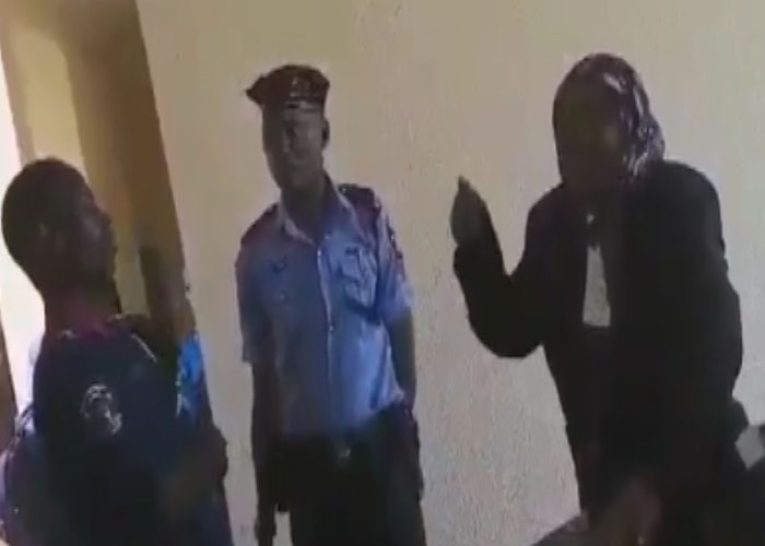 Civil defence officer seen barring Chief Judge from court - video