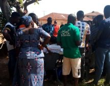 Kabba bunu LG, Olle/ oke ofin ward 13, PU 001, Vp 2, 1:50 pm. The inec officers were so surrounded. Some are arguing, others are telling the voters who to vote for.