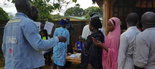10:09 am PU 008 WARD 04 UKWAJA Idah LGA kogi East. Total number of Reg voter: 630. Afolabi Omolara the INEC presiding officer said voting started 8 am. Asked if there were issues concerning the Card Readers. She said initially they had slight issues with it but after the machine was restated it began to work fine.