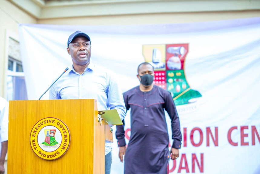 Oyo State Governor, Seyi Makinde inaugurating the Agbami Chest Centre, Jericho which will continue to serve as a temporary isolation centre during this COVID-19 pandemic.