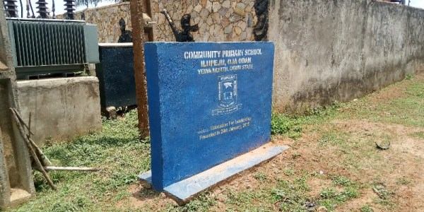 The signpost to Community Primary School in Oja Odan is just behind the Eselu of Iselu's Palace. ...but the school itself is eyesore