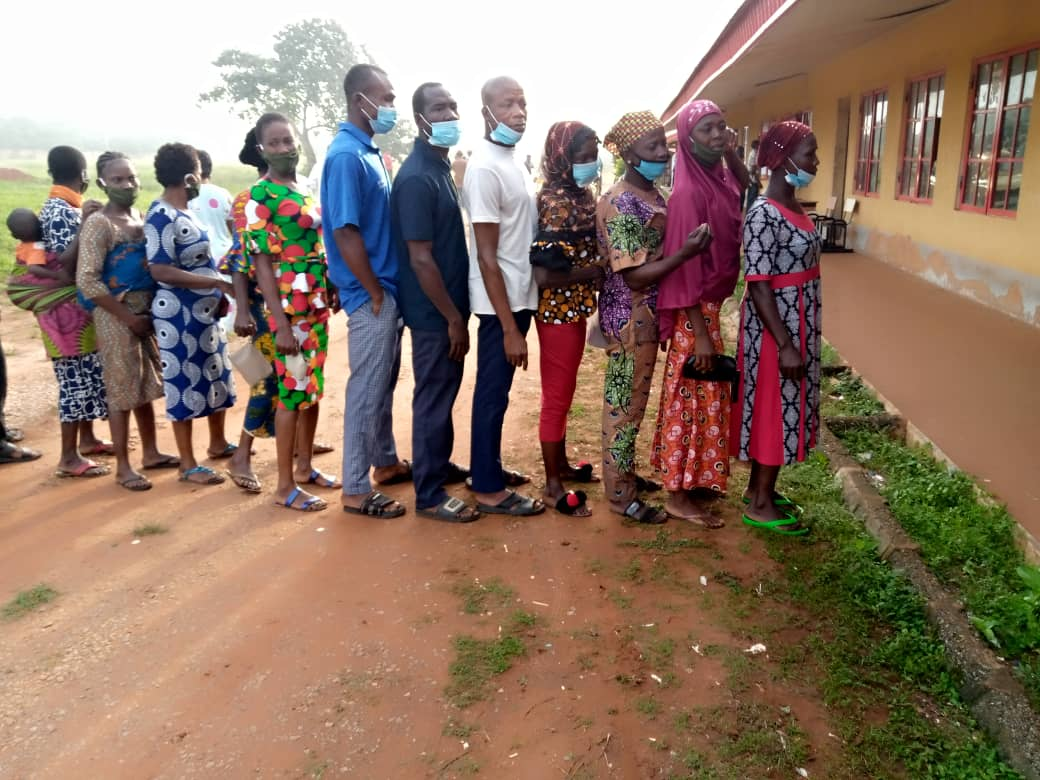 7:37am, LG:07, Ward 01, PU:01. Voters queing without observing social distancing.