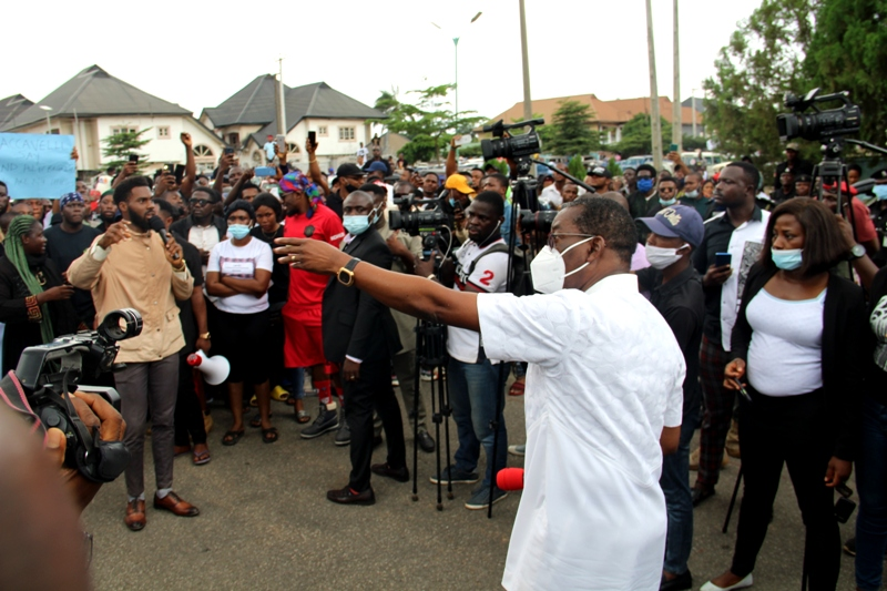 Delta Governor, Senator Dr. Ifeanyi Okowa (right), addressing #End SARS protesters in Government House gate, Asaba. Tuesday 13/10/20. PIX: BRIPIN ENARUSAI