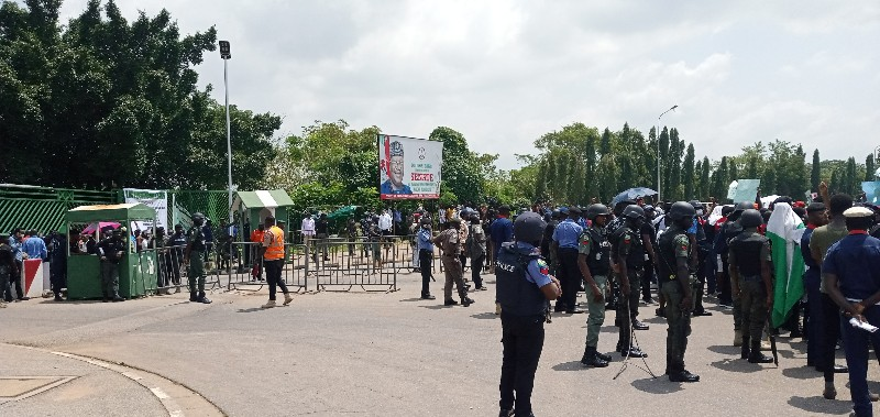 Protesters blocking entrance to the NASS (PHOTO CREDIT: PREMIUM TIMES)