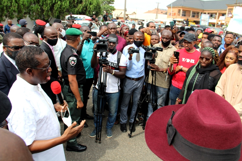 Delta Governor, Senator Dr. Ifeanyi Okowa (left), addressing #End SARS protesters in Government House gate, Asaba. Tuesday 13/10/20 .PIX: BRIPIN ENARUSAI