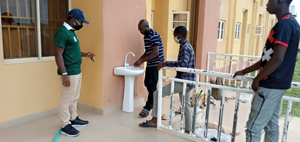 Students taking turns to wash hands at a strategic point in University of Ilorin. (photo credit: @wisdom_okonko)