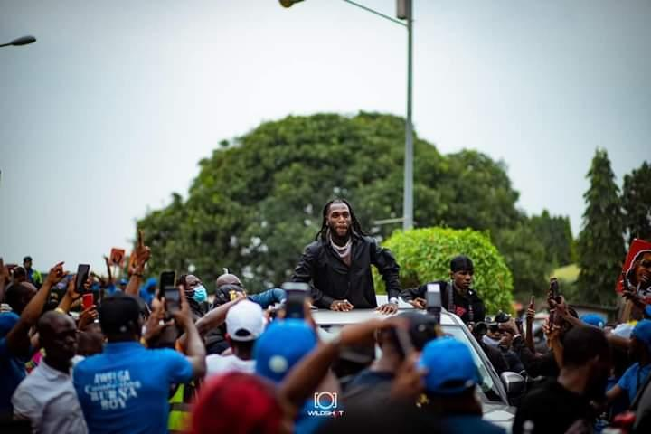 Crowd gather as Burna Boy made his way to the city from the Portharcourt Airport