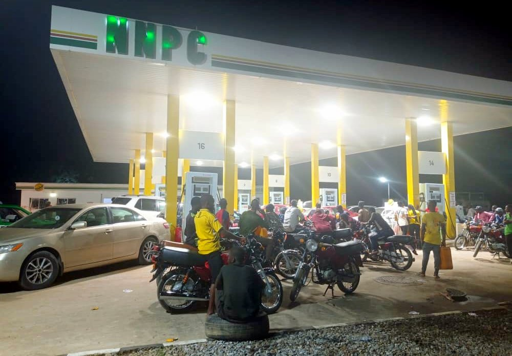 NNPC outlets in Lugbe not dispensing to customers, but some of the motorists refused to leave the petrol station. (PHOTO CREDIT: Mary Izuaka)