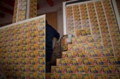 Las tarjetas de Soriana mostradas por AMLO. Foto: Miguel Dimayuga