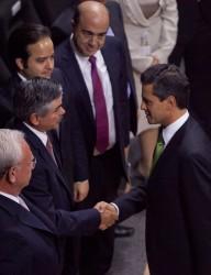 EPN saluda al consejero presidente del IFE, Leonardo Valdés. Foto: Eduardo Miranda