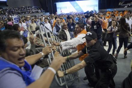 Protestas en la Asamblea del PAN. Foto: Octavio Gómez.