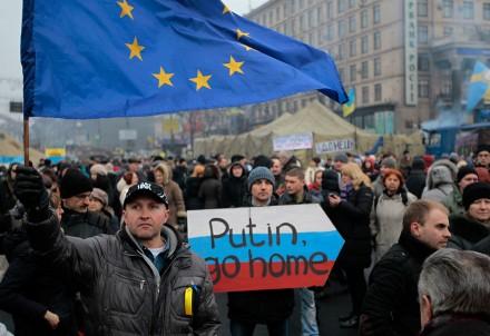 Ucranianos exigen a Putin no entrometerse en su país. Foto: AP